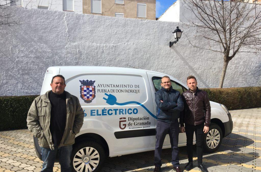 El Ayuntamiento adquiere una furgoneta 100% eléctrica para el área de obras y servicios.